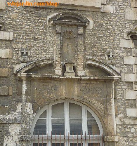 Poitiers, hôpital de la Charité, la façade, portail et niche