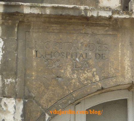 Poitiers, hôpital de la Charité, la façade, inscription, partie gauche