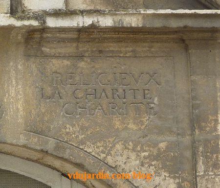 Poitiers, hôpital de la Charité, la façade, inscription, partie droite