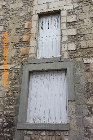 Poitiers, hôpital de la Charité, fenêtre reprise au ciment