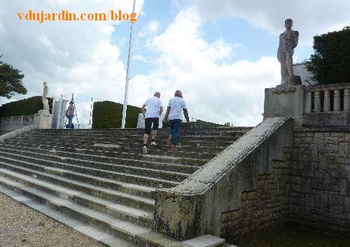Stade poitevin, l'escalier gardé par deux statues