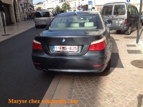 Poitiers, rue Carnot, voitures garées anarchiquement en avant de la zone piétonne