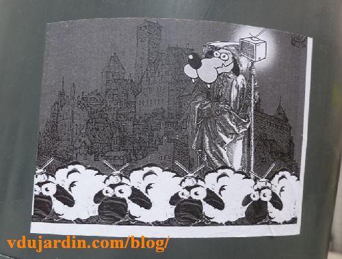 Moutons poitevins avec antenne de télé gardés par un mouton-loup devant une ville ancienne