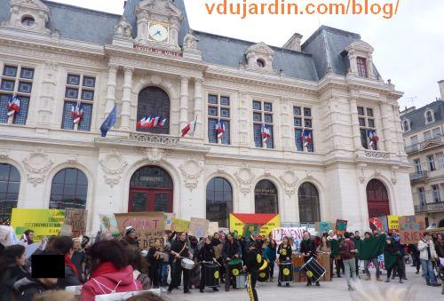 les anti-COP'21 devant l'hôtel de ville, Poitiers, 29 novembre 2015