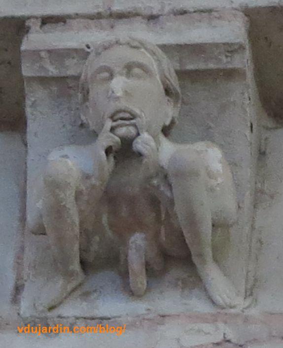 Homme nu sur un modillon intérieur de la cathédrale de Poitiers