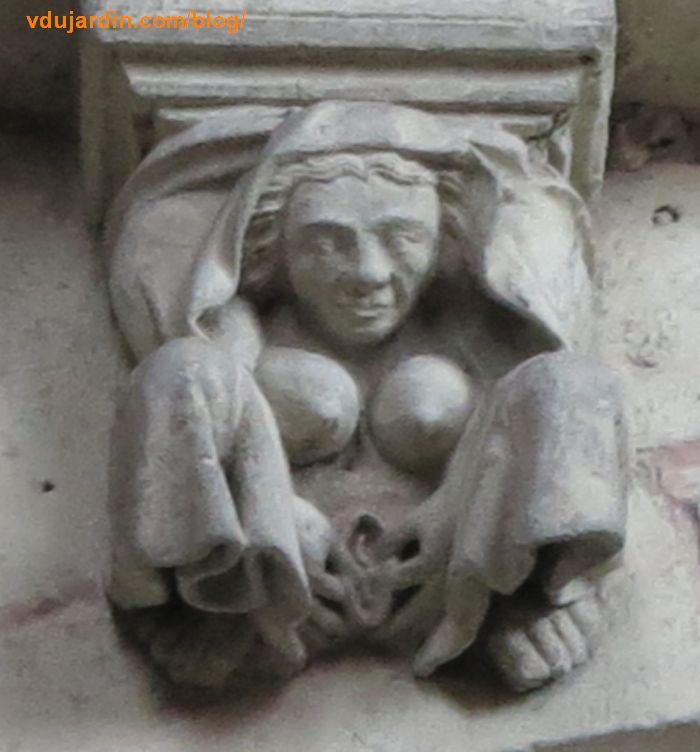 Femme voilée en train de se masturber sur un modillon gothique de l'église Sainte-Radegonde à Poitiers