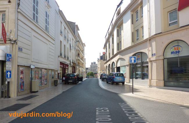 Poitiers, voitures sur les troittoirs de la rue Bourcani à Poitiers, 30 août 2015
