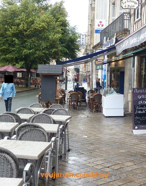 Terrasses encombrant les trottoirs de la place Charles-de-Gaulle à Poitiers, 12 juin 2015