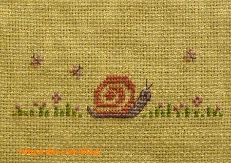Un petit escargot brodé sur toile jaune
