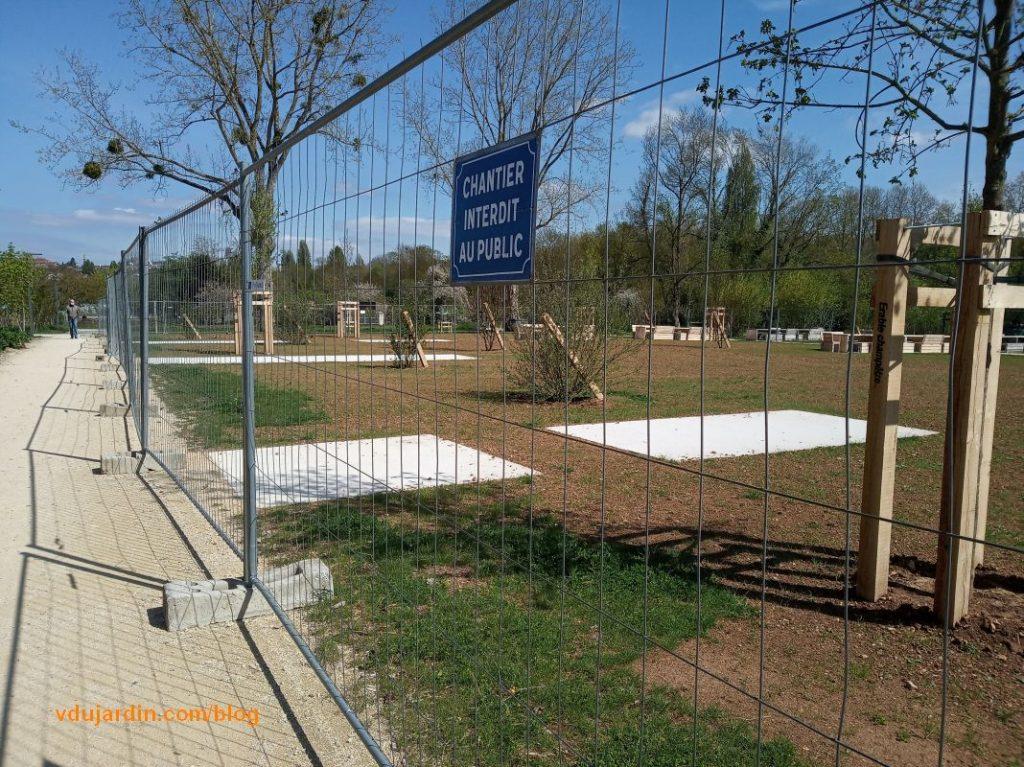 Parc de Tison à Poitiers, installation de tables sur plots de béton